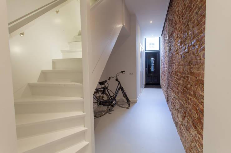 Corredores, halls e escadas minimalistas por architectenbureau Huib Koman (abHK) Minimalista