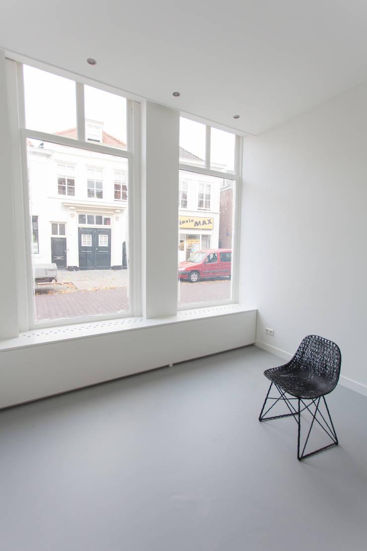 Salas de estar minimalistas por architectenbureau Huib Koman (abHK) Minimalista
