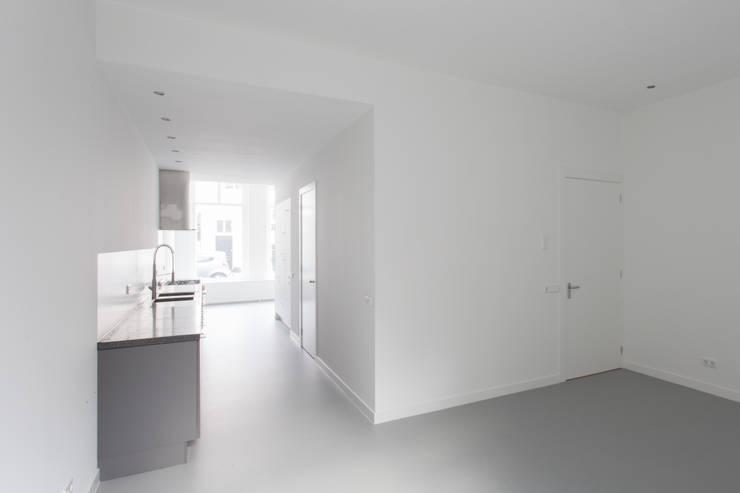 de (drie) Moriaen(en): minimalistische Keuken door architectenbureau Huib Koman (abHK)