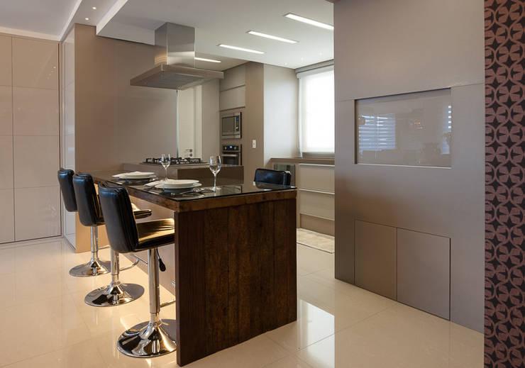 AREA SOCIAL: Cozinhas  por Adriane Cesa Arquitetura