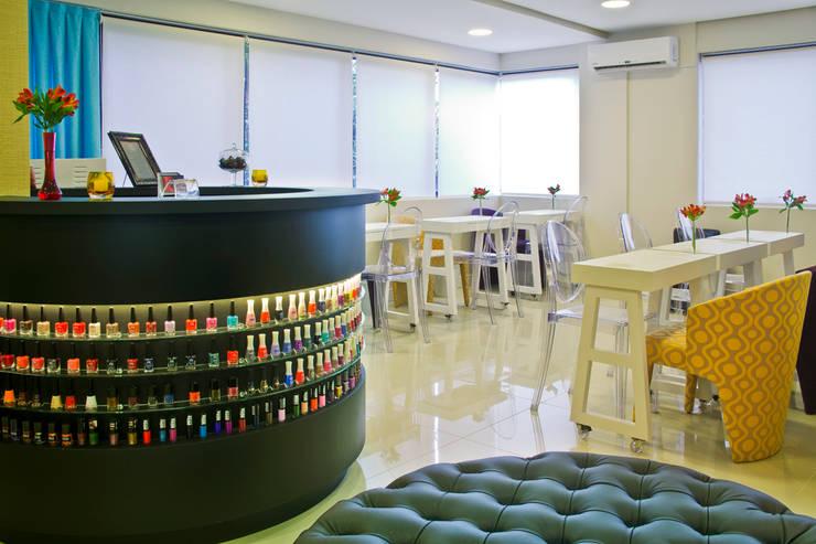 Salão Bar e Manicures: Espaços comerciais  por Vanessa Cravo Arquitetura