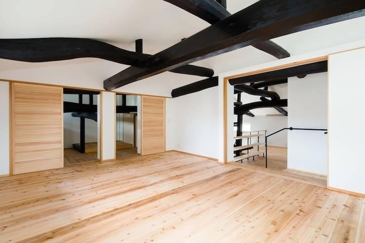 花しょうぶ通りの家・寝室: タクタク/クニヤス建築設計が手掛けた寝室です。