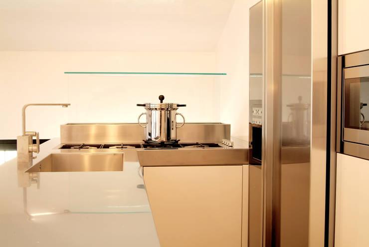 Un sogno chiamato casa: Cucina in stile in stile Minimalista di LF&Partners
