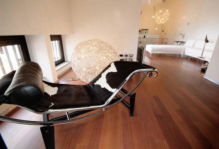 Un sogno chiamato casa: Soggiorno in stile  di LF&Partners