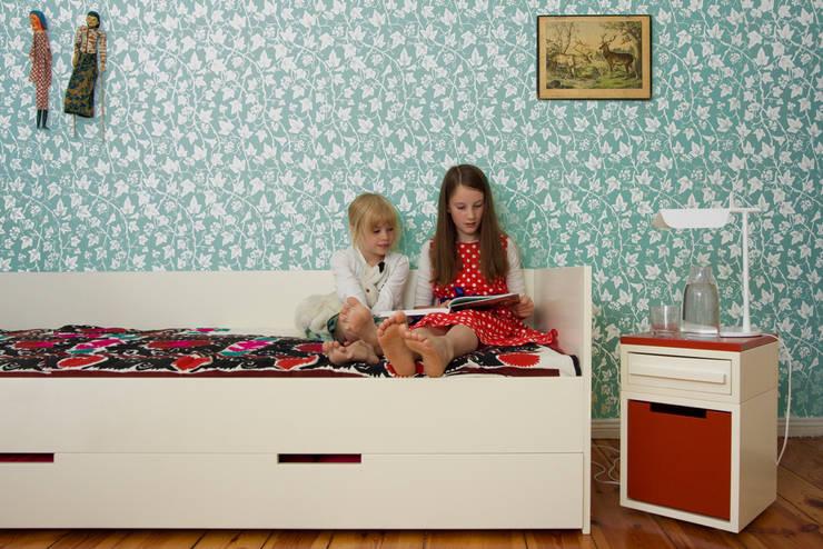 Bett mit Nachttisch im Gebrauch:  Kinderzimmer von Hase Weiss