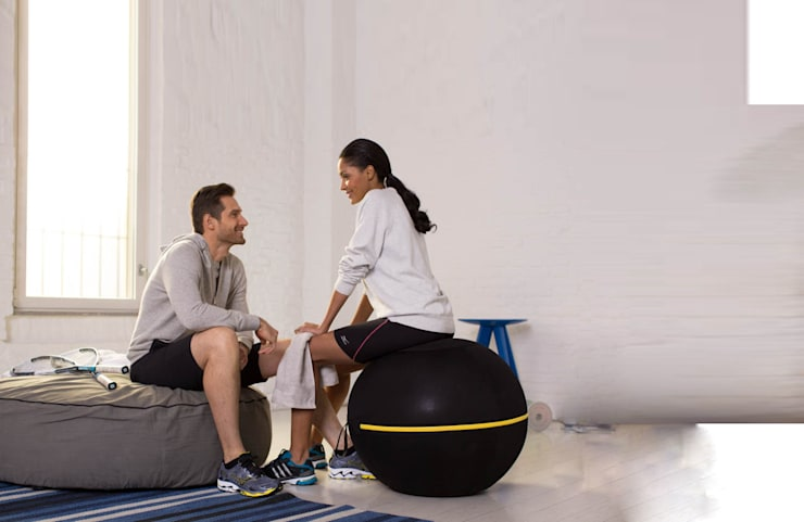 Wellness Ball™ Active Sitting: moderner Fitnessraum von Technogym Germany GmbH