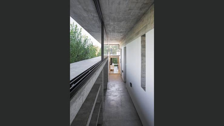 CASA WEIN: Pasillos y recibidores de estilo  por Besonías Almeida arquitectos,Moderno