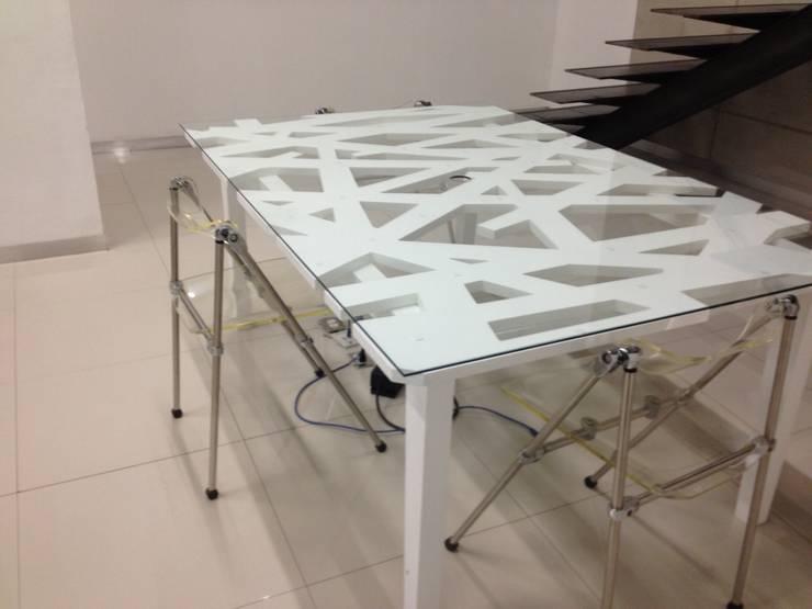 Divisor de habitaciones: Oficinas y tiendas de estilo  por Uku Celosias