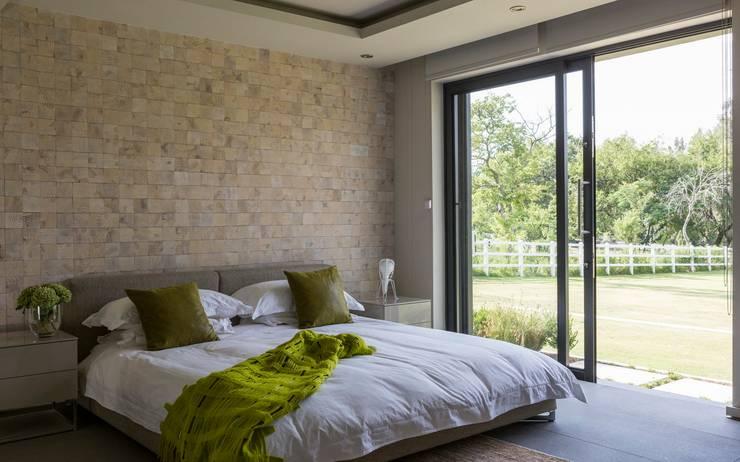 Dormitorios de estilo  por Nico Van Der Meulen Architects