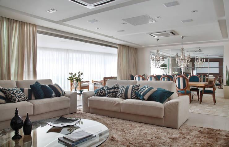 غرفة المعيشة تنفيذ Ana Adriano Design de Interiores