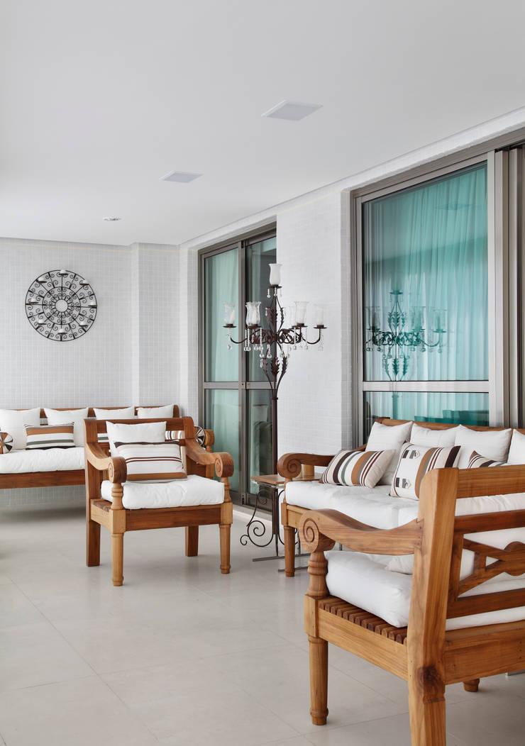 Apartamento na Barra da Tijuca: Terraços  por Ana Adriano Design de Interiores