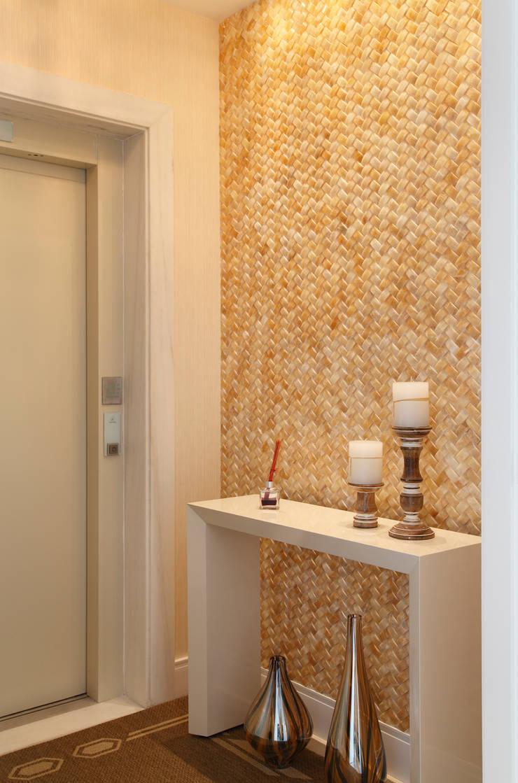 Apartamento na Barra da Tijuca: Corredores e halls de entrada  por Ana Adriano Design de Interiores