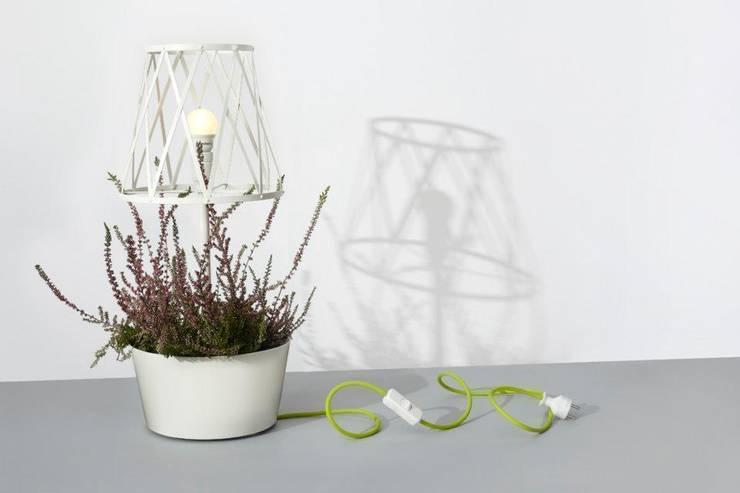 Green lamp: styl , w kategorii Zieleń wewnątrz zaprojektowany przez SIESTA