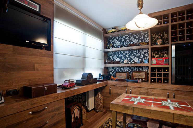 Bodegas de vino de estilo  por Adriane Cesa Arquitetura