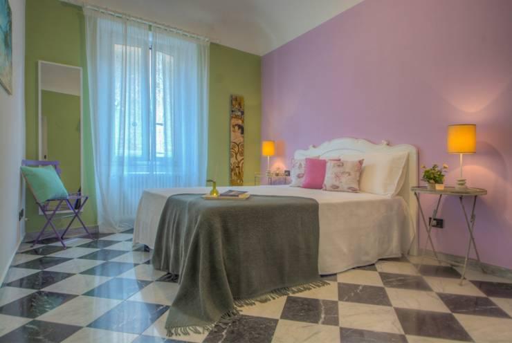 armonia di colori : Camera da letto in stile in stile Classico di Lella Badano Homestager