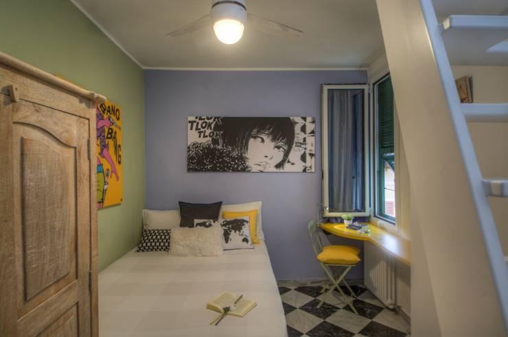 camera dall'arredamento givane e colorato: Camera da letto in stile in stile Moderno di Lella Badano Homestager