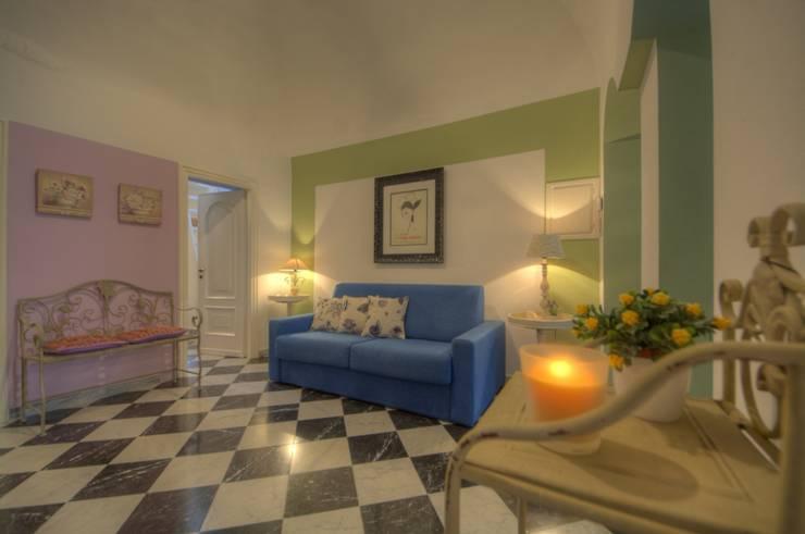 ambiente unico ingresso e soggiorno: Soggiorno in stile in stile Moderno di Lella Badano Homestager