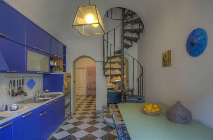 Ricondizionamento di appartamento destinato alla vendita nel centro storico di Finale Ligure: Cucina in stile in stile Moderno di Lella Badano Homestager
