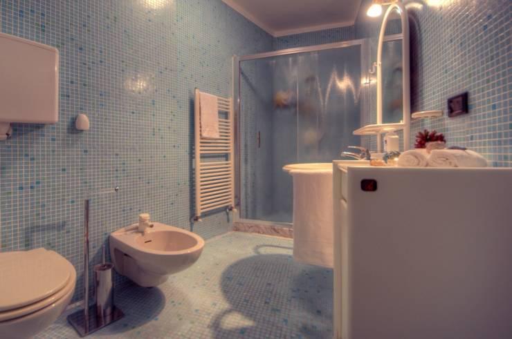 Ricondizionamento di appartamento destinato alla vendita nel centro storico di Finale Ligure: Bagno in stile in stile Moderno di Lella Badano Homestager