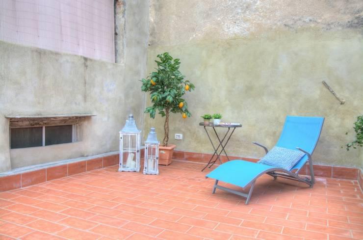 Ricondizionamento di appartamento destinato alla vendita nel centro storico di Finale Ligure: Giardino in stile  di Lella Badano Homestager