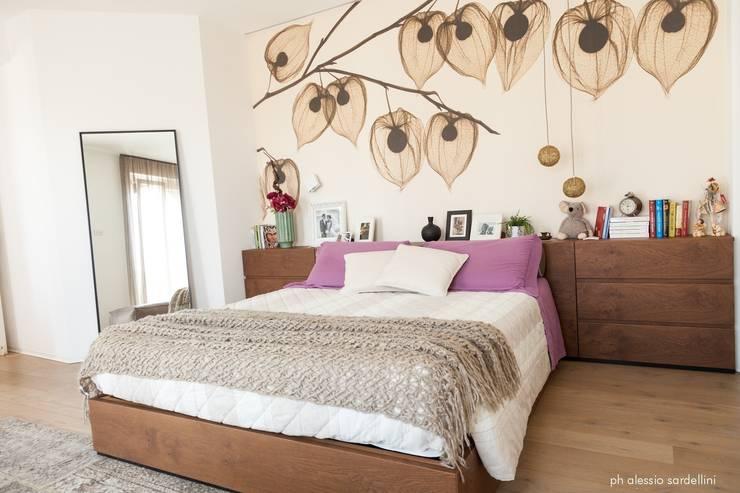 House 090: Camera da letto in stile  di COOLSTOODIO