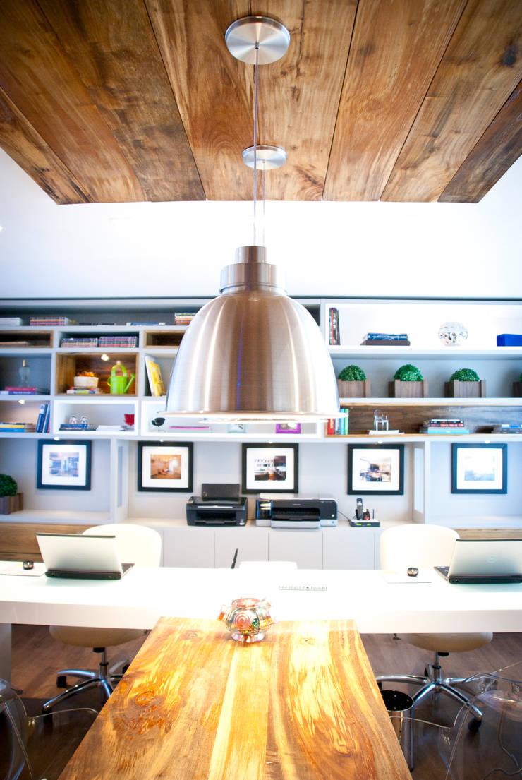 ESCRITÓRIO DE ARQUITETURA: Escritório e loja  por Joana & Manoela Arquitetura