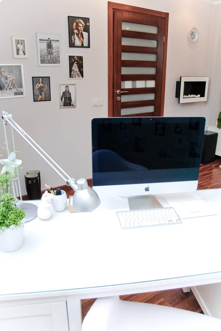APARTAMENT NASTOLATKI SKRZYPACZKI: styl , w kategorii Salon zaprojektowany przez YNOX Architektura Wnętrz