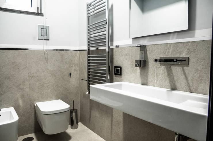 Bagno: Bagno in stile  di architetto Claudio D'onofrio