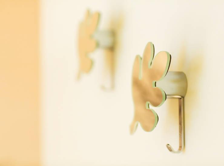 Anna Buczny PROJEKTOWANIE WNĘTRZ  Praktyczne dekoracje ścian: styl , w kategorii Sypialnia zaprojektowany przez Anna Buczny PROJEKTOWANIE WNĘTRZ,