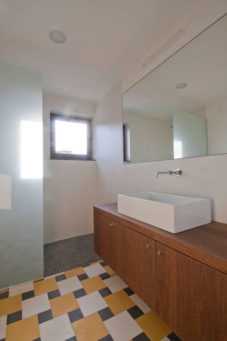 Turismo rural Casas da Vereda: Casas de banho  por Mayer & Selders Arquitectura