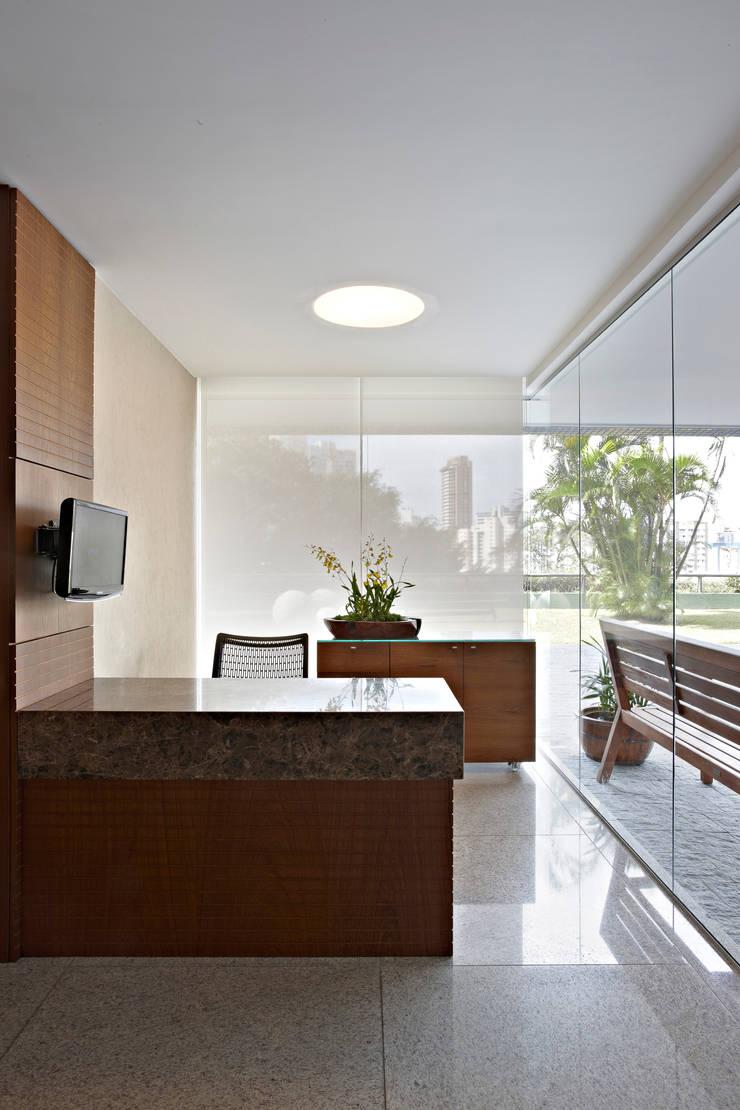 Condomínio Alameda: Corredores e halls de entrada  por Coutinho+Vilela