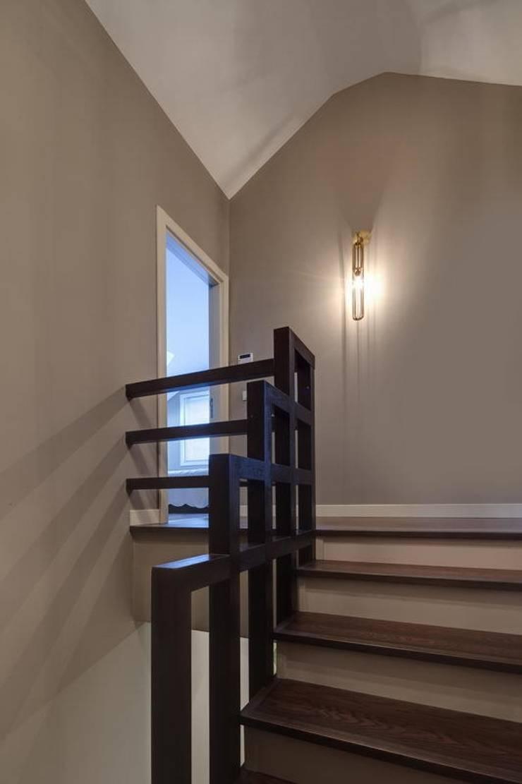 NUUN MİMARLIK – K.M EVİ, SAKARYA:  tarz Koridor, Hol & Merdivenler