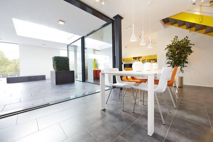 Living room by OKAL Haus GmbH