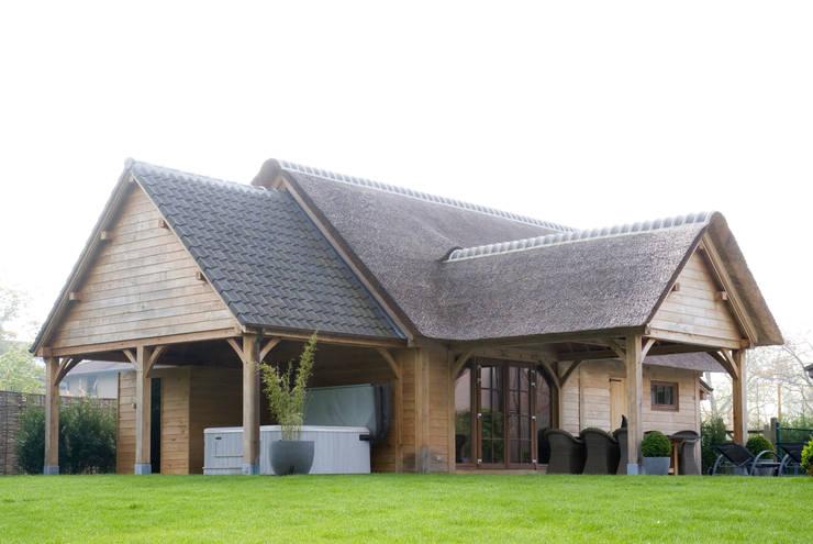 Bijgebouw in Engelse stijl.:  Tuin door Vetrabo