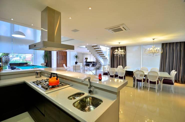 Residencia Unifamiliar: Cozinhas  por Marcelo John Arquitetura e Interiores