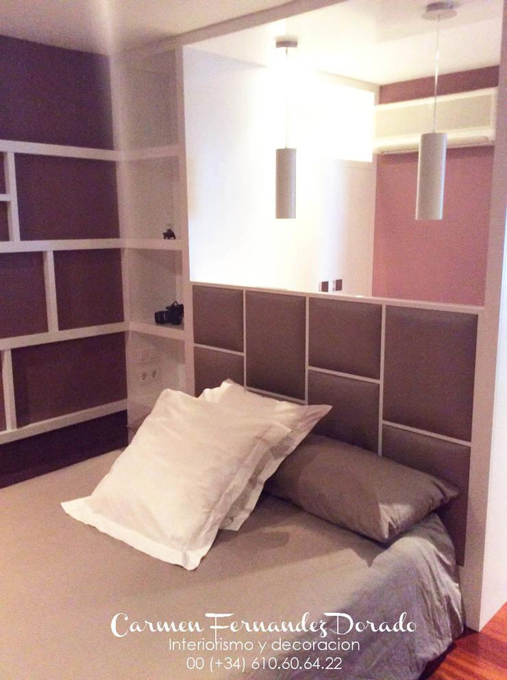 Cabezal y mesita: Dormitorios de estilo  de Carmen Fernandez Interiorismo y Eventos