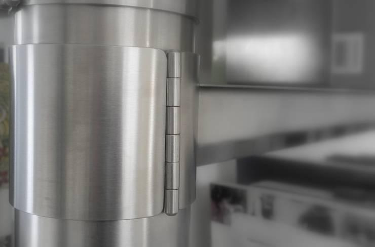 The Spindle stainless (detail scharniersluiting):  Woonkamer door RetroWorks