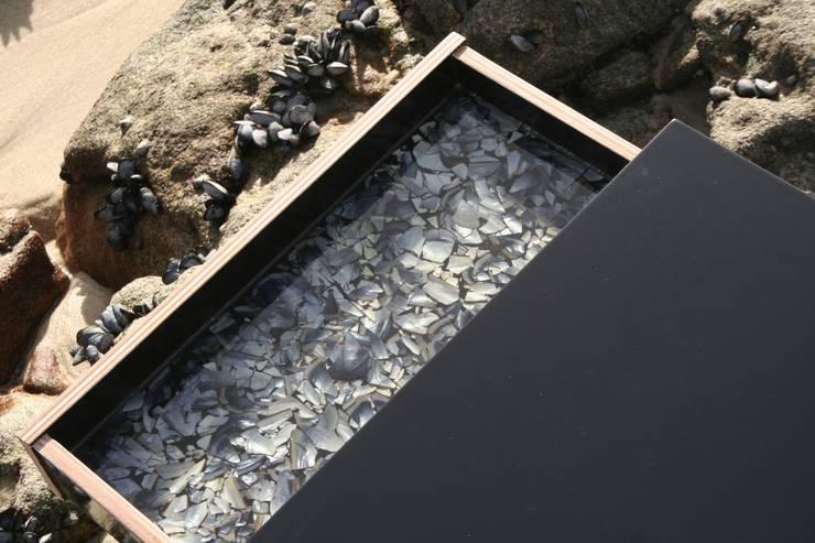 Detalle cajón Mesa Nécora: Dormitorios de estilo ecléctico de JUAN ARES Marine Design