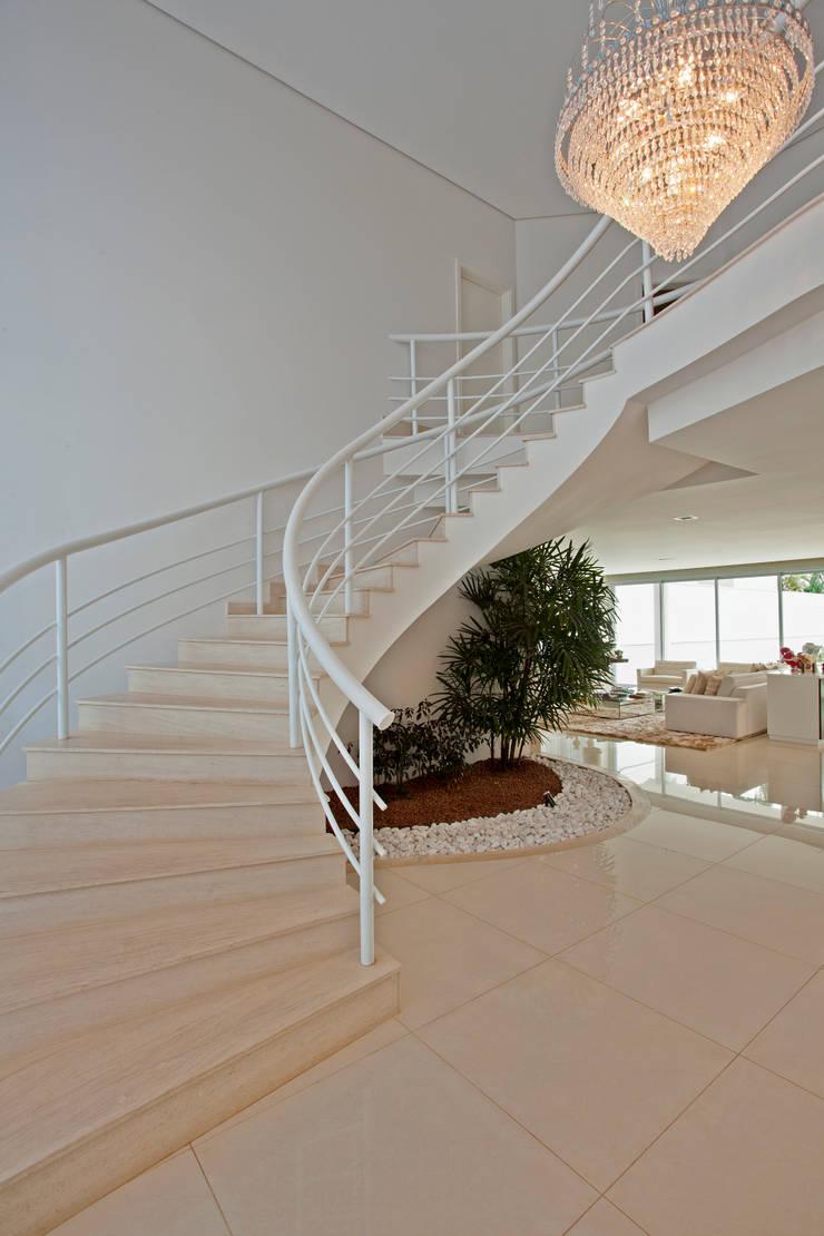 Casa Piracicaba: Corredores e halls de entrada  por Arquiteto Aquiles Nícolas Kílaris