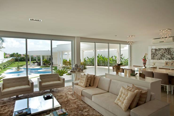 Casa Piracicaba: Salas de estar  por Arquiteto Aquiles Nícolas Kílaris