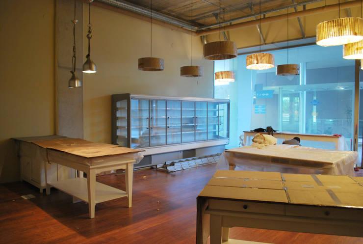 Reforma integral e interiorismo Cal-Roca Mirasol : Locales gastronómicos de estilo  de Vicente Galve Studio