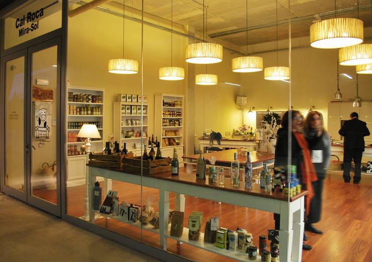 Reforma integral e interiorismo Cal-Roca Mirasol : Oficinas y tiendas de estilo  de Vicente Galve Studio