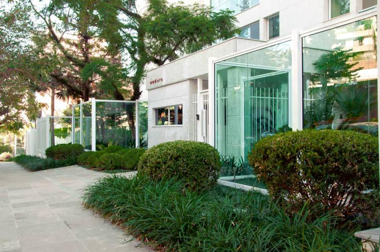 Madero - Goldsztein Cyrela: Jardins  por Tellini Vontobel Arquitetura