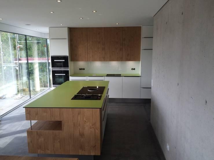 Apfelgrün und Eiche:  Küche von Design Manufaktur GmbH