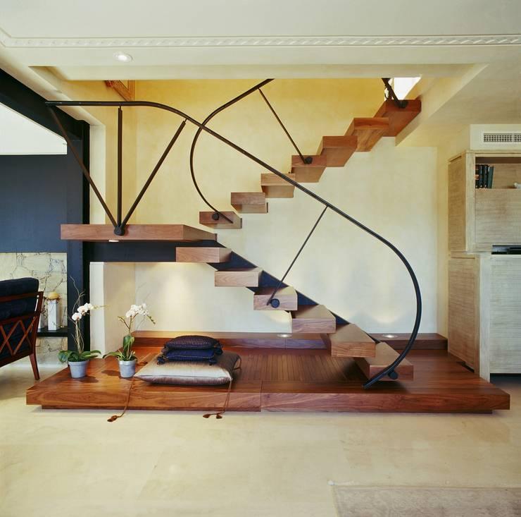 Proyecto de interiorismo y decoración de vivienda unifamiliar mediterranea: Vestíbulos, pasillos y escaleras de estilo  de Ojinaga