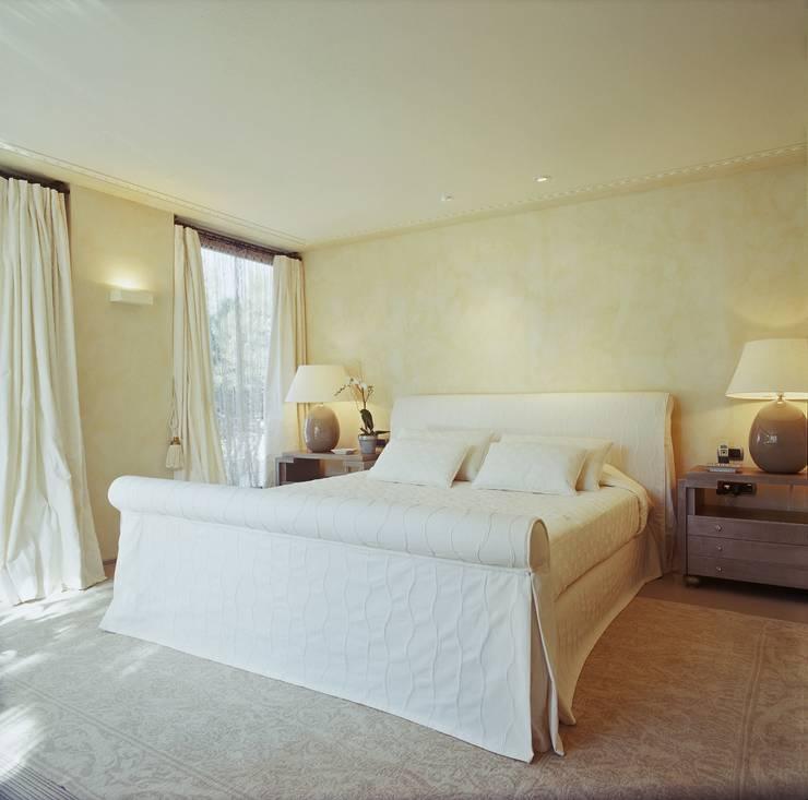 Proyecto de interiorismo y decoración de vivienda unifamiliar mediterranea: Dormitorios de estilo  de Ojinaga