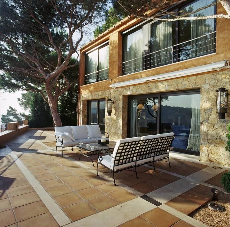 Proyecto de interiorismo y decoración de vivienda unifamiliar mediterranea: Terrazas de estilo  de Ojinaga