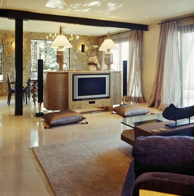 Proyecto de interiorismo y decoración de vivienda unifamiliar mediterranea: Salones de estilo  de Ojinaga
