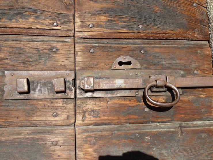 Ventanas y puertas de estilo  por homify
