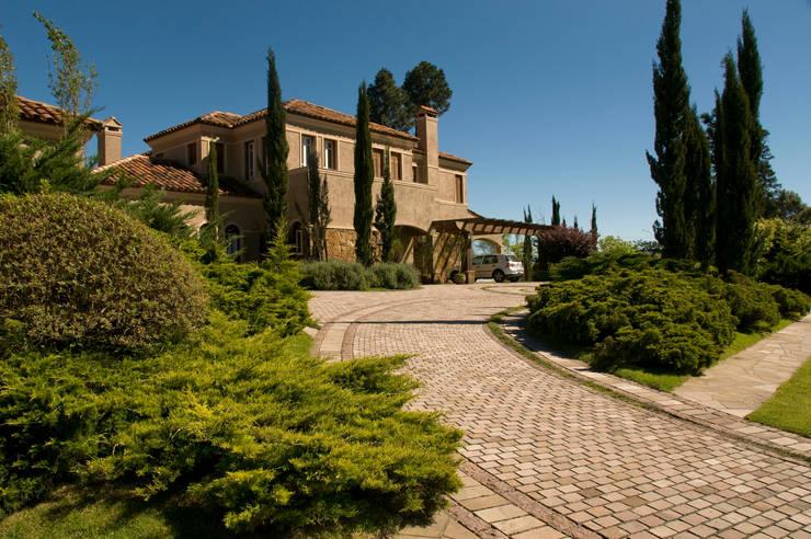 Jardins mediterrânicos por Tellini Vontobel Arquitetura